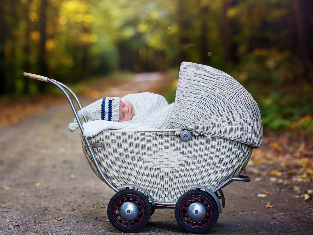 spiace bábo v kočíku
